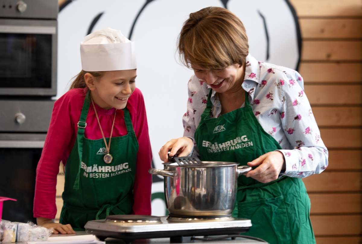 children's cooking school in the FEZ Berlin teams with TV and professional cooks and conjure up healthy menus