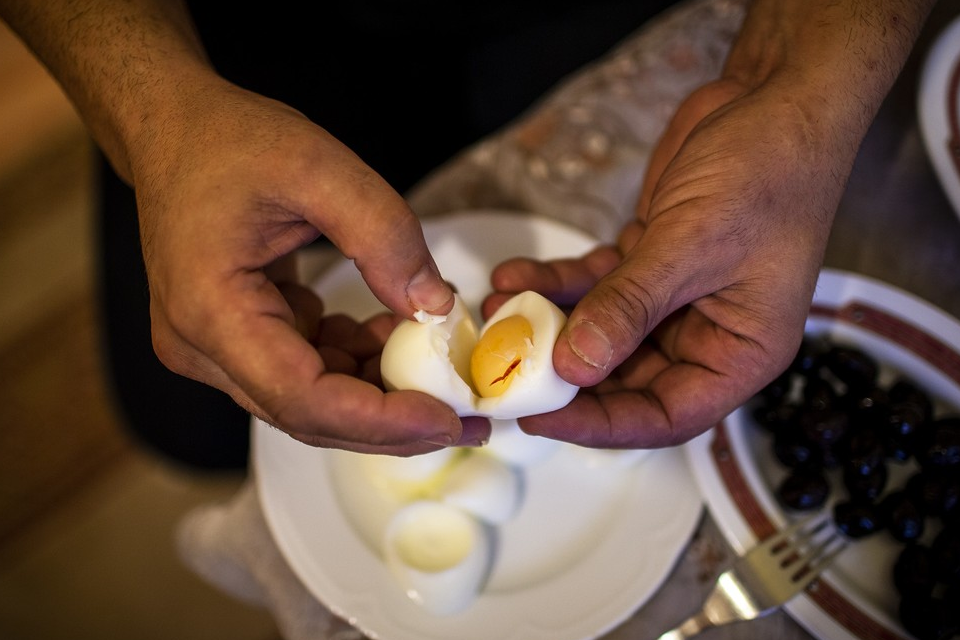 Man peels eggs to eat the egg whites to lose weight