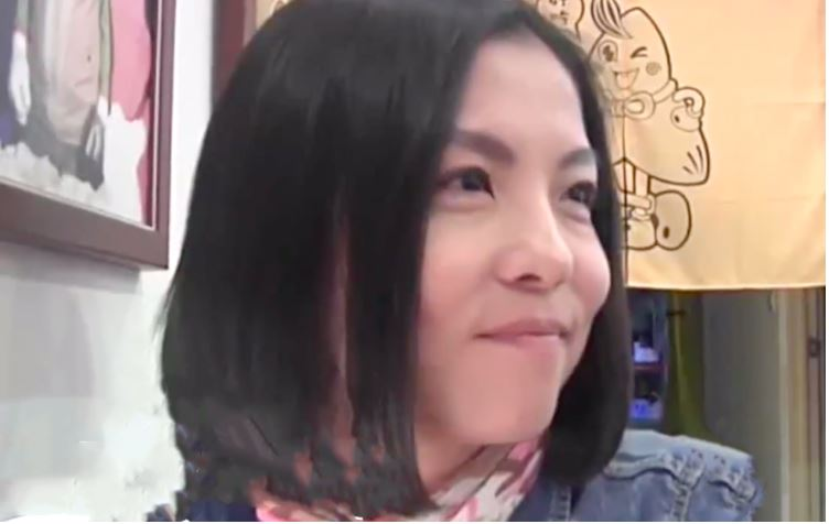 Lin Xiaofen smiling during a Pear Video interview