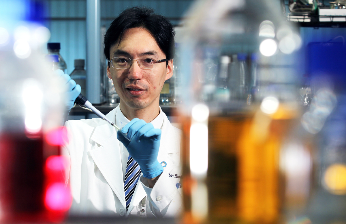 Portrait of Dr. Ronald Ma, Professor, Department of Medicine & Therapeutics, The Chinese University of Hong Kong (CUHK), in the laboratory