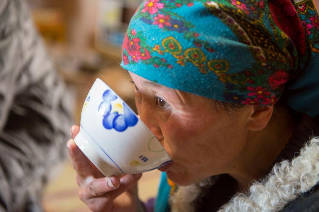Drink-hot-tea-902932130