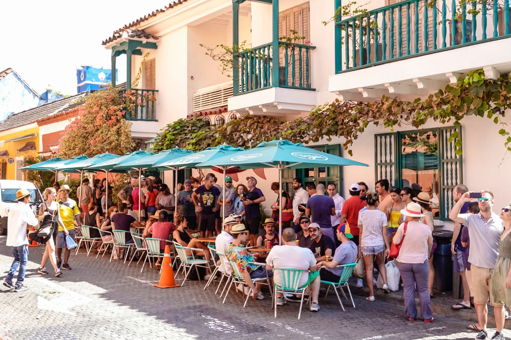 A crowded restaurant is overrun with patrons outside