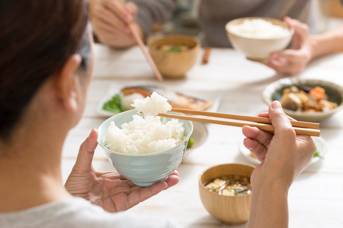 Photo illustration demonstrates how to eat rice with Japanese etiquette