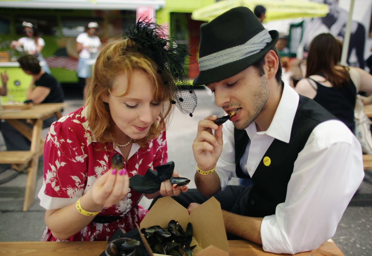 A couple eat mussels at the Vintage Festival