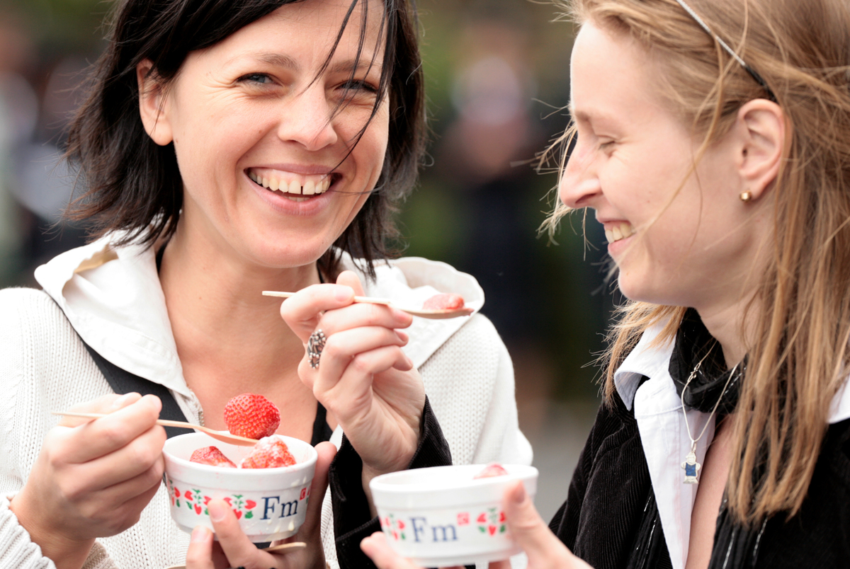 Kristine Cera and Anna Fogelmane eat strawberries and cream
