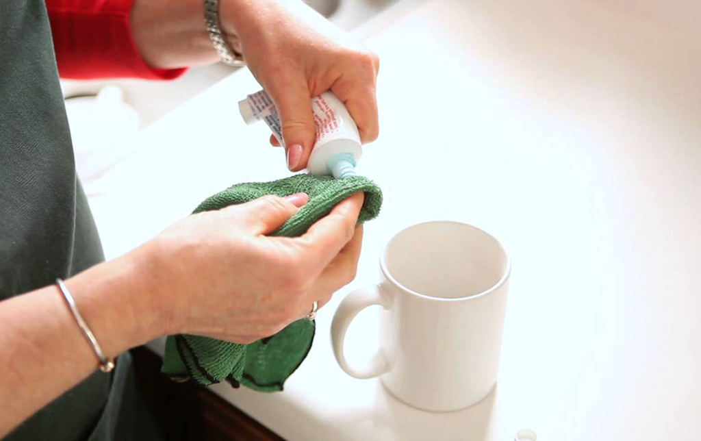 Cleaning mug with toothpaste