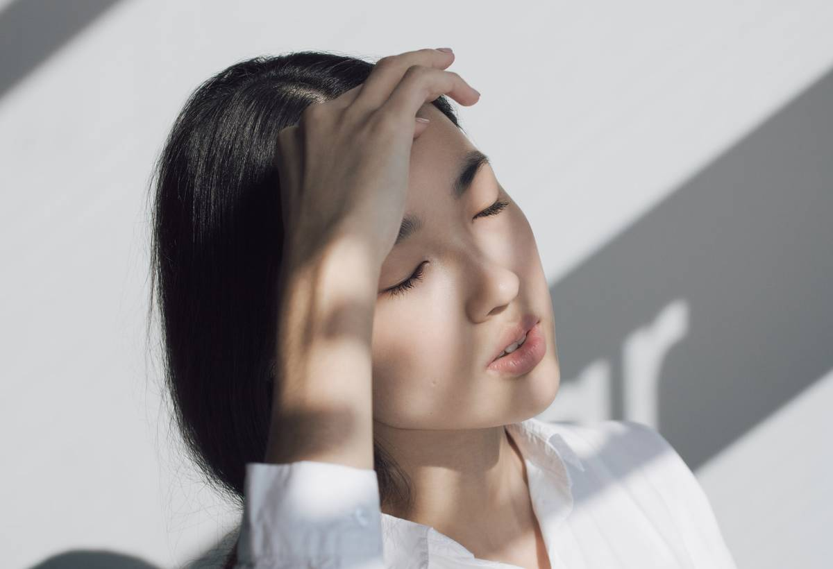 A woman suffers from a headache.