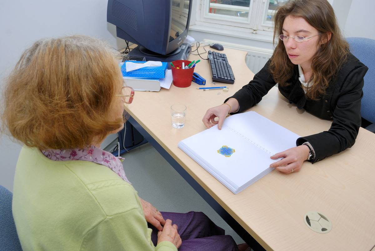A psychologist tests a patient for Alzheimer's.