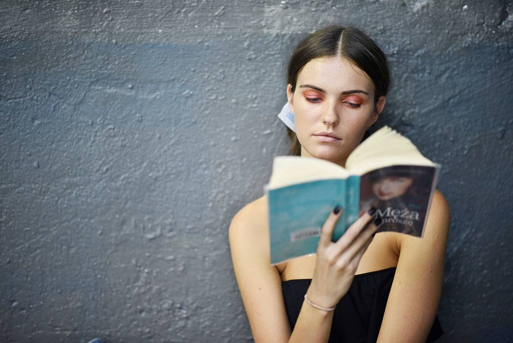 woman reading -598889930