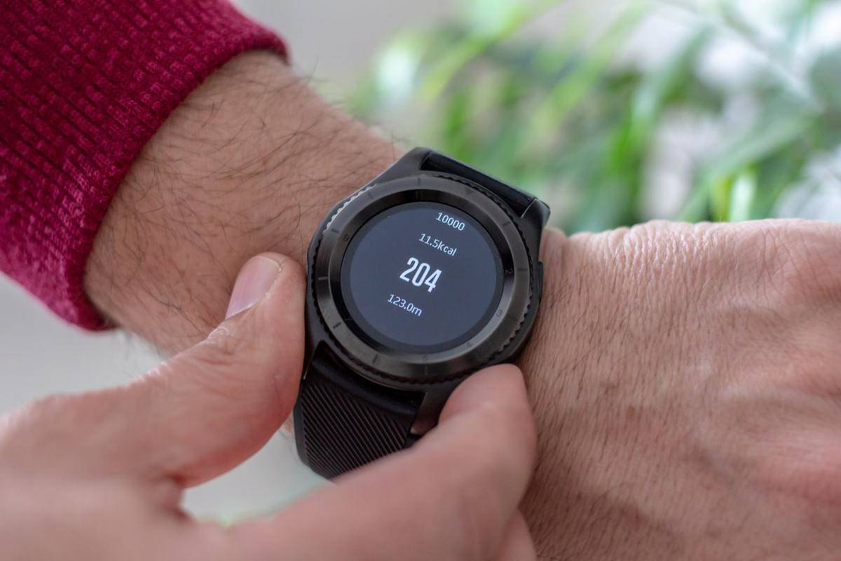 A man looks at his heart rate on a watch.
