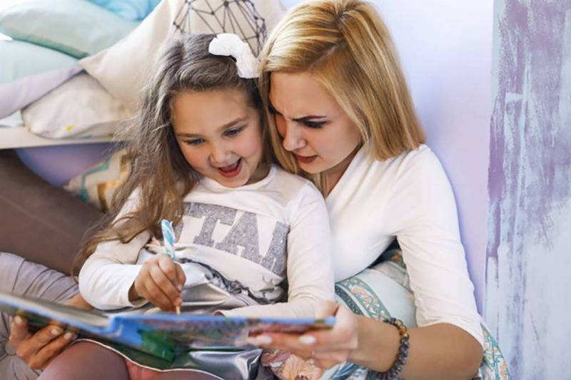 serious-mother-smiled-daughter-are-writing-notebook-bright-room_8353-10848-39942