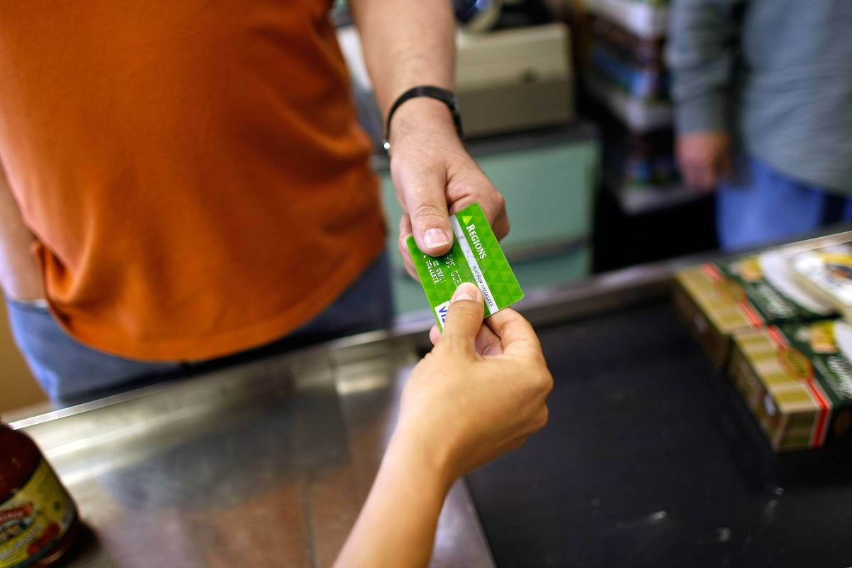An employee receives a credit card from a customer.