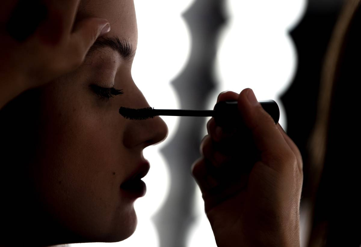 A model applies mascara.