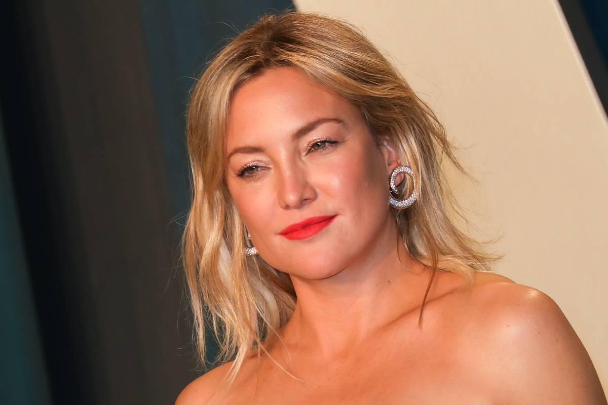 Kate Hudson poses for photos the 2020 Vanity Fair Oscar Party.
