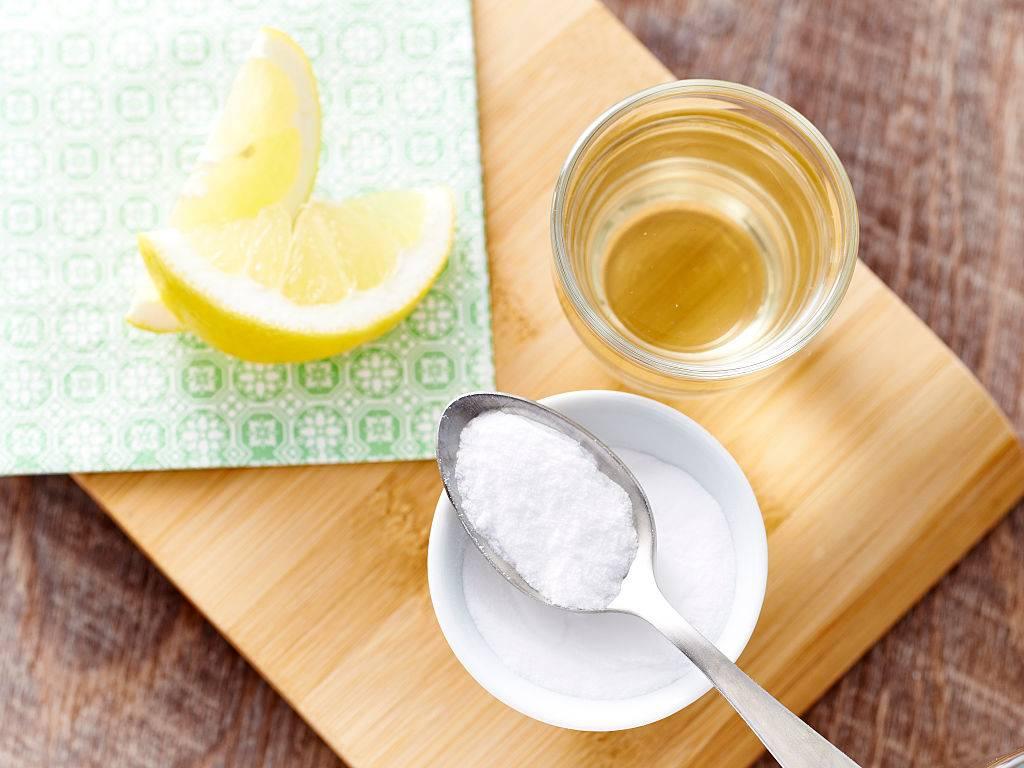 baking soda with some lemon slices