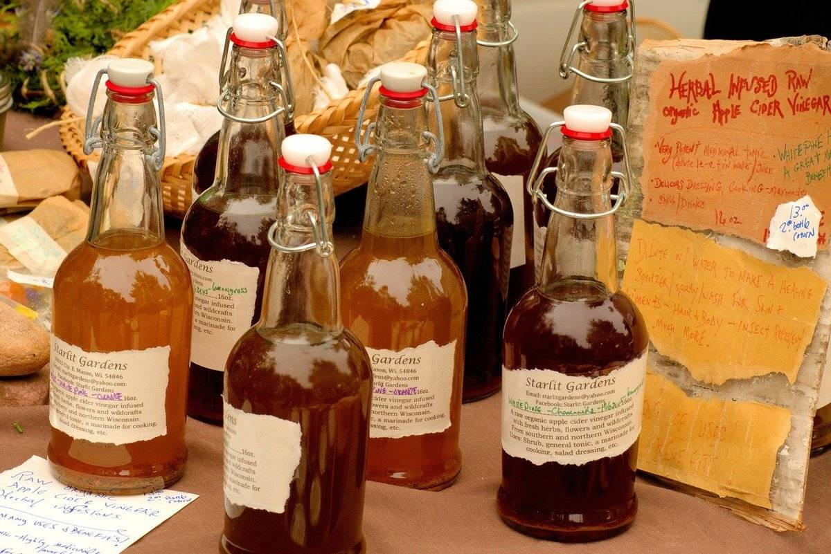Glass bottles contain apple cider vinegar in a variety of flavors.