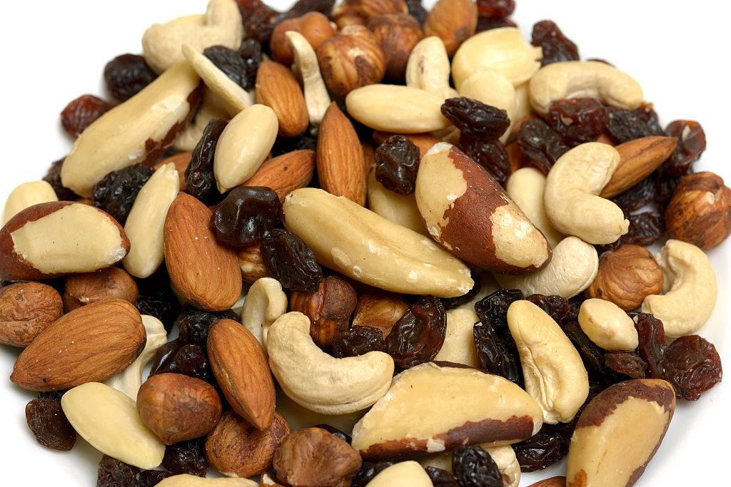 trail mix with almonds, cashews, and raisins