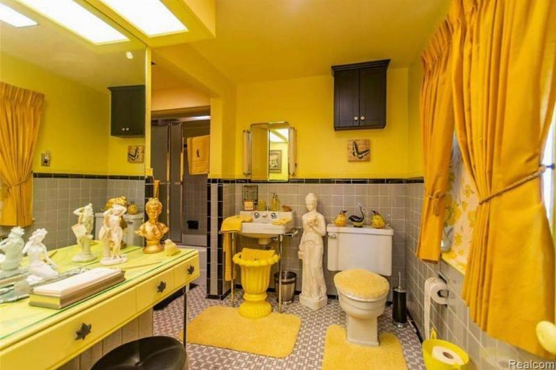 statues-in-the-bathroom-21163-97751